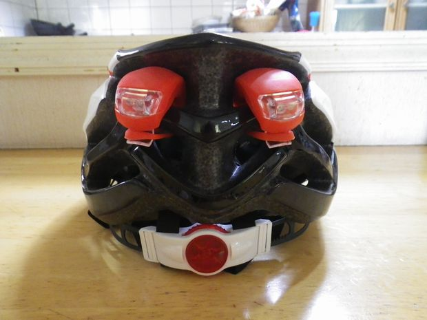 ヘルメットテールライトは2つ付けよう・LED赤色